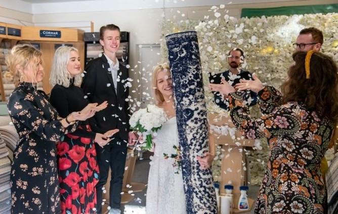 دختری که با فرش خانه خود ازدواج کرد + عکس